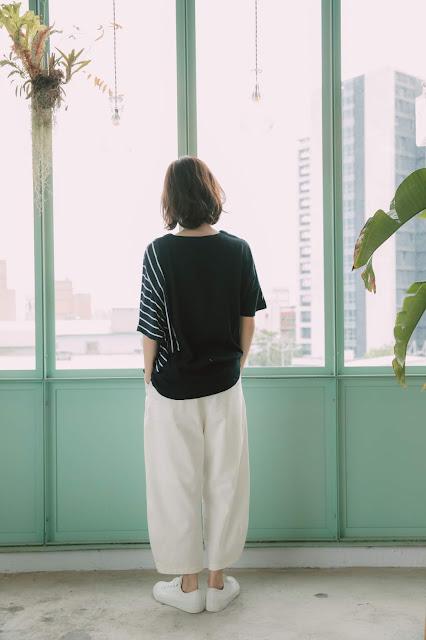 日紙窗影不對稱上衣-藍白條
