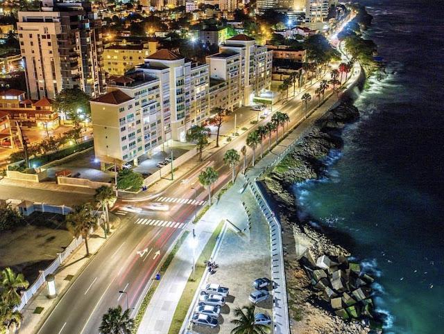 Visita la zona colonial y el distrito del Malecón, ubicado en el paseo marítimo de la ciudad, donde se puede caminar libremente entre monumentos históricos