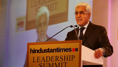 Karan-thapar-addresses-leadership-audience-session-summit