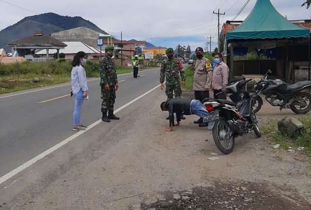 Tim Gabungan Personel Jajaran Kodim 0207/Simalungun Bersama Dinas Terkait Laksanakan Ops Penyekatan PPKM Perbatasan Simalungun-Karo