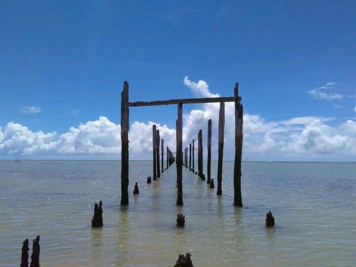 Deck em ruínas na cidade de Cumuruxatiba no sul da Bahia
