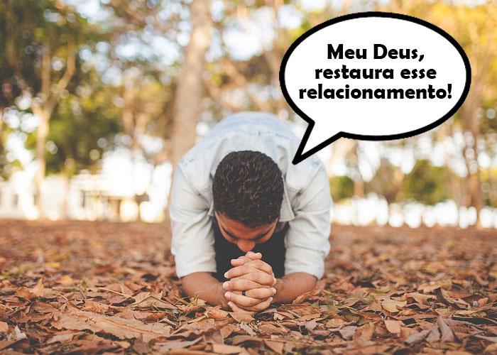 homem ajoelhado no ch'ao pedindo para Deus restaurar seu relacionamento