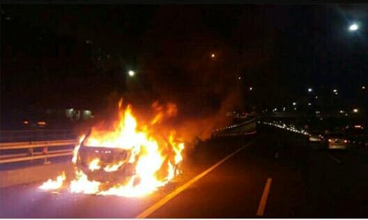 Satu Unit Mobil Mitsubishi Lancer Terbakar Di Jalan Raya Saat Sedang Dikendarai Pemiliknya