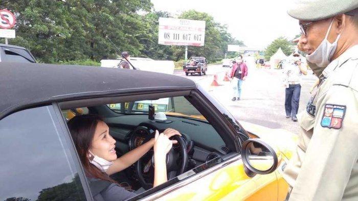 Ayu Ting Ting diminta satpol pp putar balik saat akan memasuki wilayah Bogor