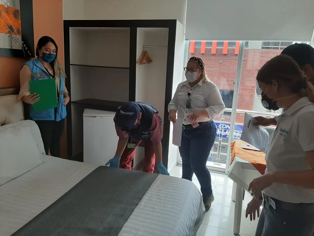 Durante la visita se verificó en los hoteles la disposición de estaciones de limpieza y desinfección de manos, medidas estrictas para la desinfección de habitaciones