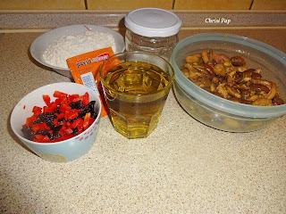Τα υλικά για το ελαιόψωμο,ελιές,λάδι,πιπεριά κόκινη ,μαγια και αλεύρι
