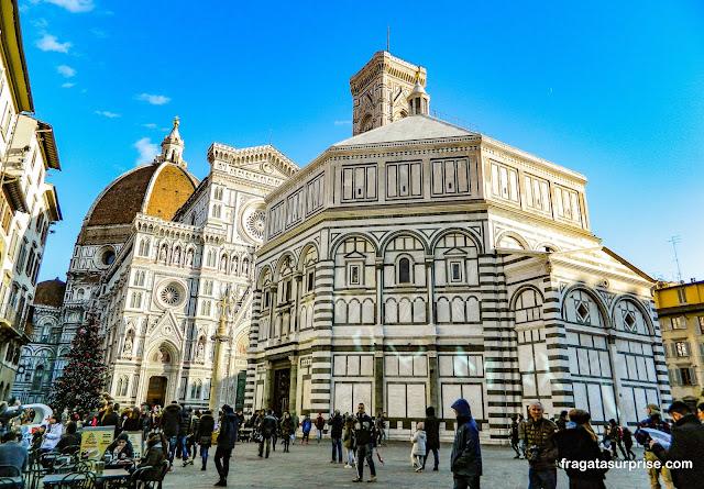 Duomo (Catedral), o Batistério e o Campanário de Giotto, na Praça da Catedral de Florença