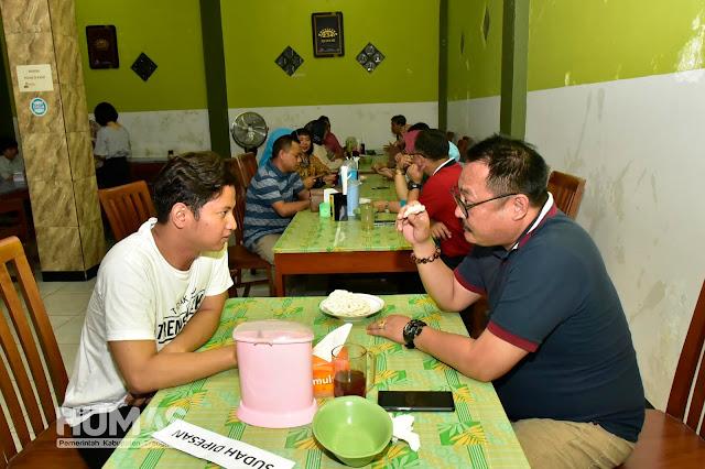 Cak Ipin Ajak Wakil Bupati Bondowoso Cicipi Lodho Khas Trenggalek