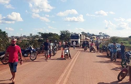 Manifestantes liberam a BR-364 após quase sete horas de bloqueio