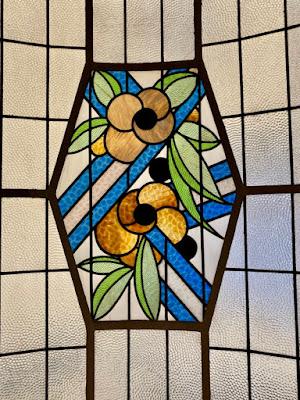 Blumen im Bleiglaserkerfenster