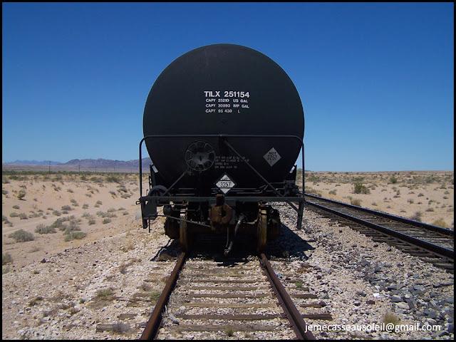 Train à l'arrêt dans le désert