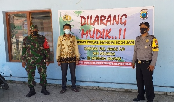 Babinsa Koramil Kwadungan Bersama Bhabinkamtibmas Pasang Banner Larangan Mudik