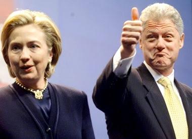 Foto de Bill Clinton y Hillary Clinton en un mitin