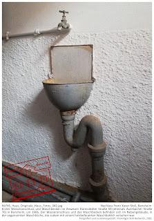 Bensheimer Häuser - damals und heute - Die einzigen Zeugen einer frühen Wasserversorgung des Anwesens Darmstädter Straße 50 in Bensheim, der Wasserhahn und das Waschbecken, vermutlich um 1906.