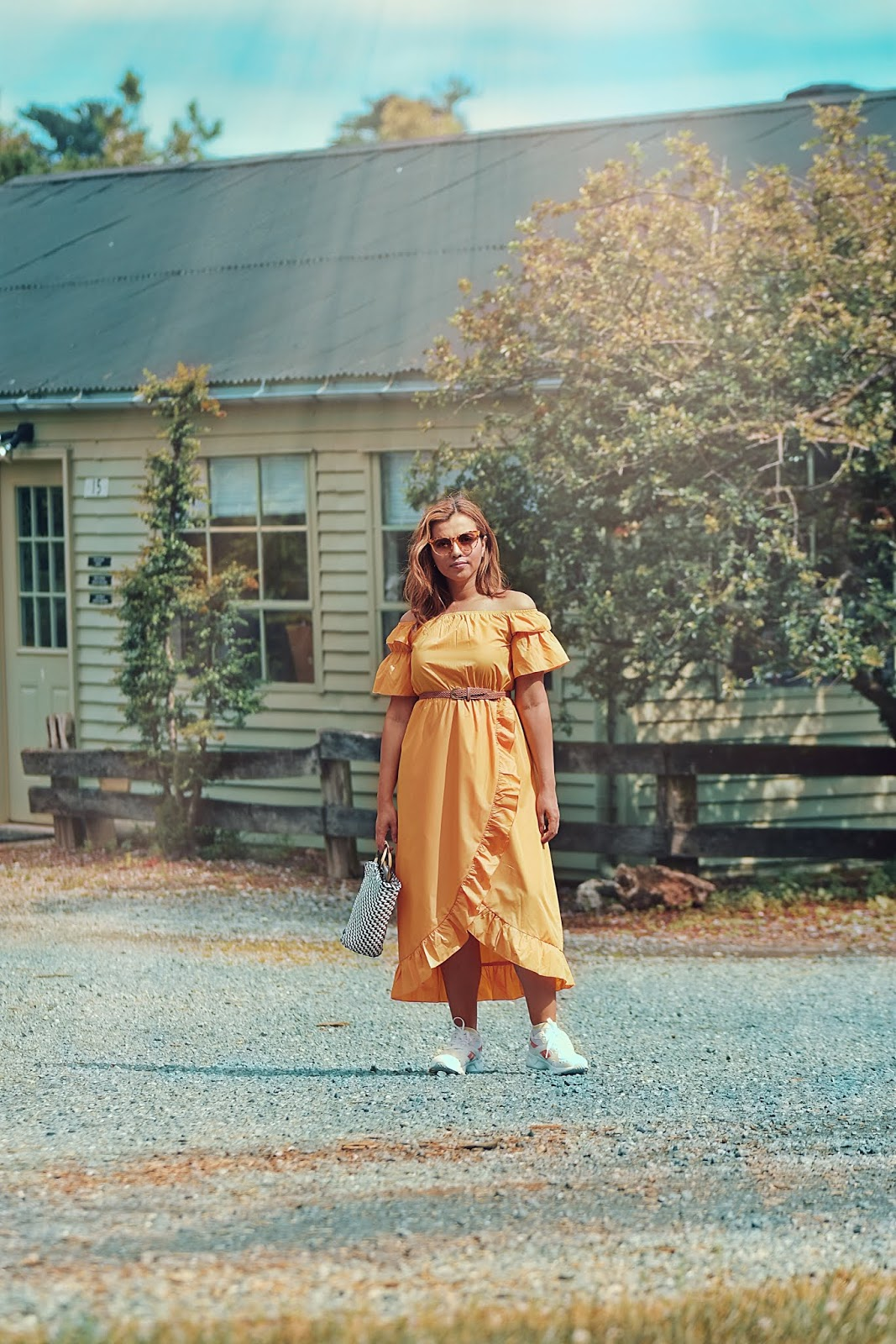 Vestido Con Hombros Descubiertos Y Volantes by Mari Estilo-Reebok-mariestilo-streetstyle-fashionblogger-reebok shoes-dcblogger-yellow dress-shein-sheingals-modaelsalvador-loschuchis-armandhugon-moda-