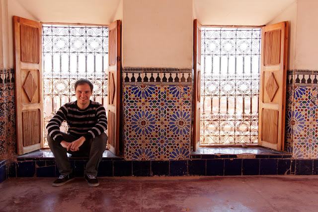 Alberto en el interior de una sala de la Kasbah de Taourirt