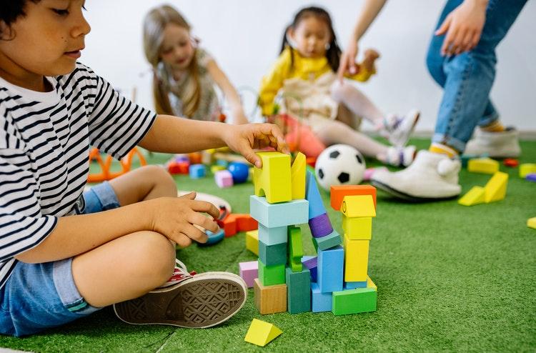 Bagaimana Memilih Mainan Anak Sesuai Usia?
