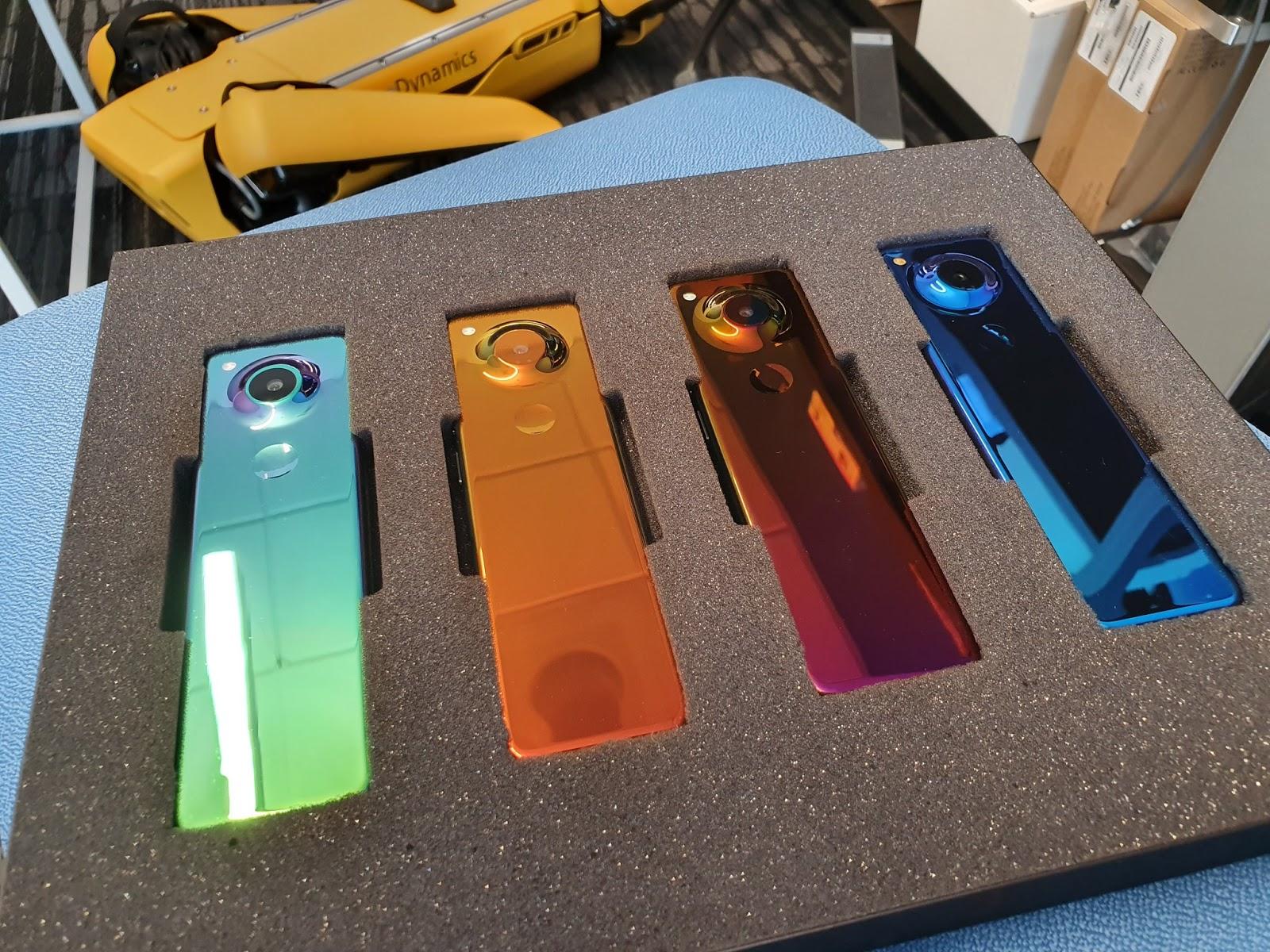 آندي روبن Andy Rubin  يكشف عن هاتف أساسي جديد بتصميم غريب
