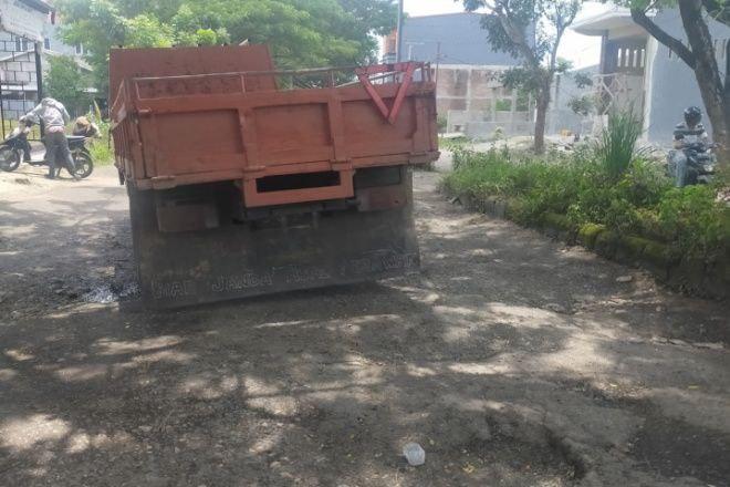 Rusak Parah, Warga Keluhkan Jalan ke Arah Stadion - Kantor DPRD Bone