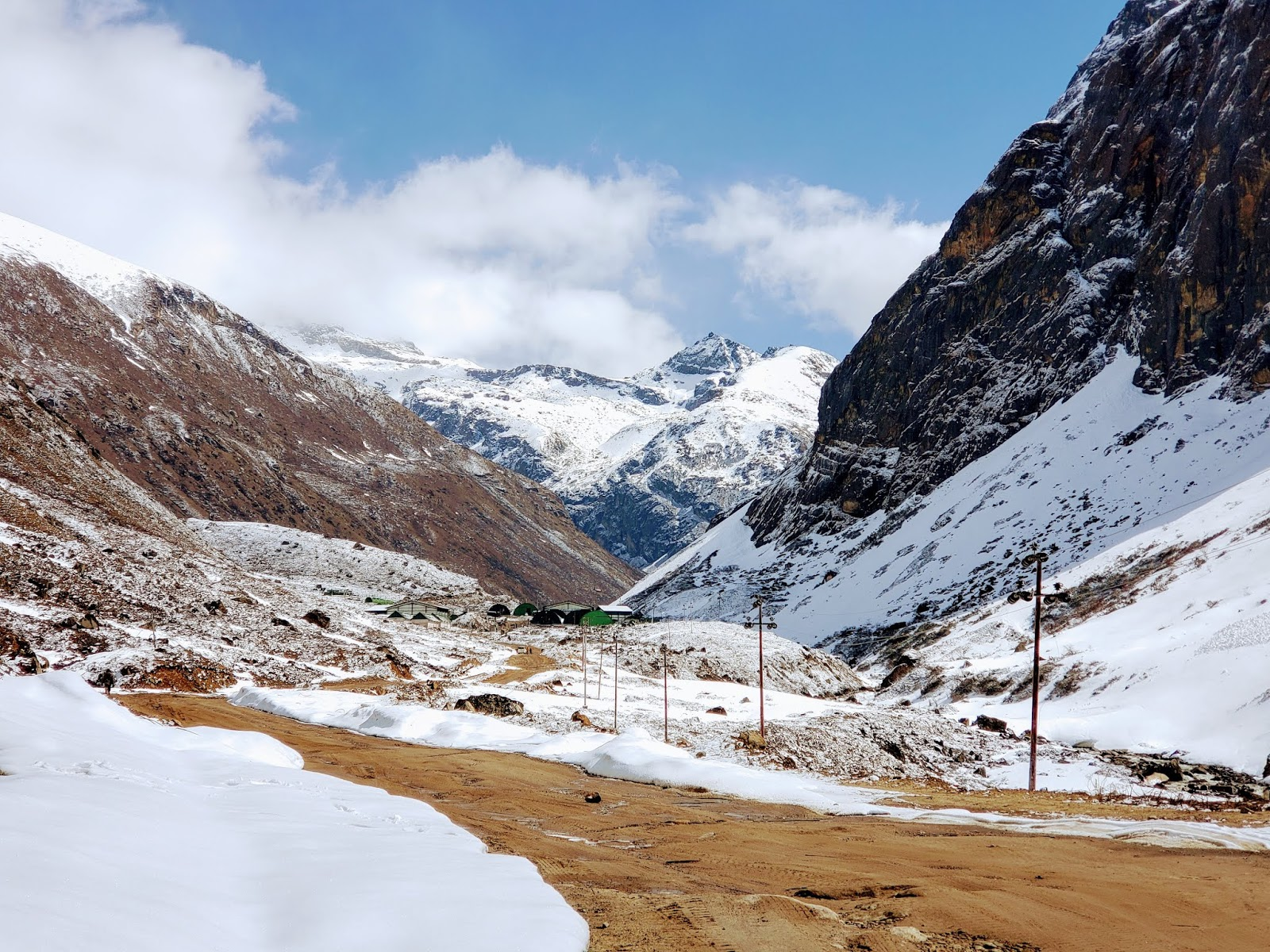 गुरुडोंगमार की तरफ जाते हुए पहाड़ी रस्ते