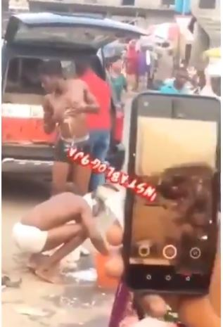 Suspected Yahoo Boys Seen Taking Their Bath In The Middle Of A Market In Lagos (Video)