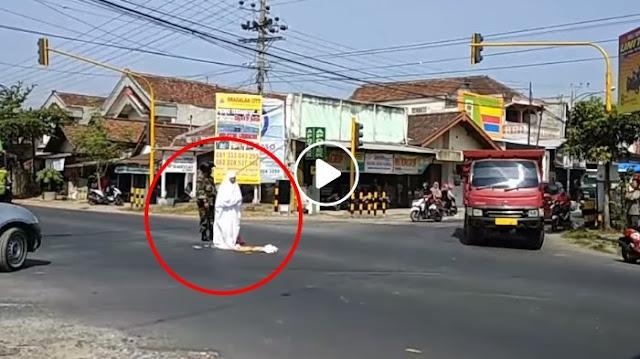 Video dan Foto Perempuan Salat di Tengah Jalan Viral di Media Sosial