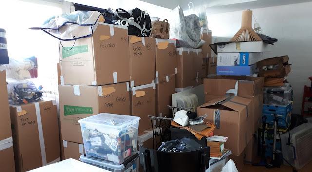 muutto, muuttaminen, paluumuutto, pahvilaatikkopino, konmari, secto, osa muuttolaatikoista