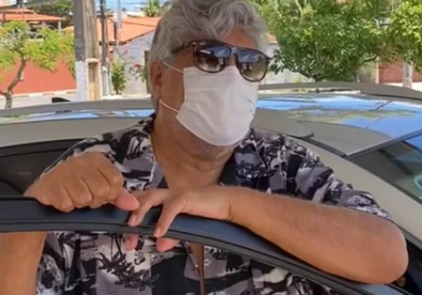 Sidney Magal é vacinado contra o coronavírus na Bahia