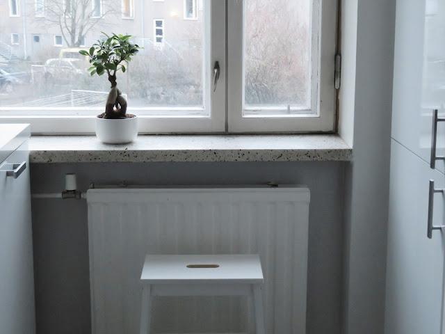 Keittiössä on puutteita astioiden lisäksi kalusteissa ja sisustuksessa. Ruokapöytä ja tuolit ovat vaihtumassa. Ruokapöydän yllä oleva valaisin on kysymysmerkki, tilassa kaikuu, puuttuu verhot ja yksi seinä on ihan autio....