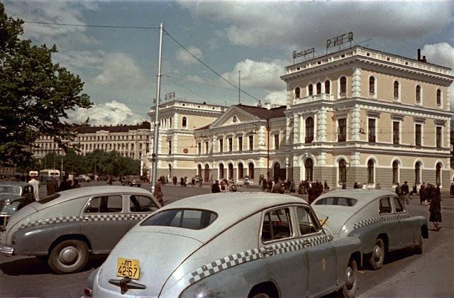 Конец 1950-х годов. Рига. Улица Гоголя. Городской транспорт на площади возле Рижского ж/д вокзала
