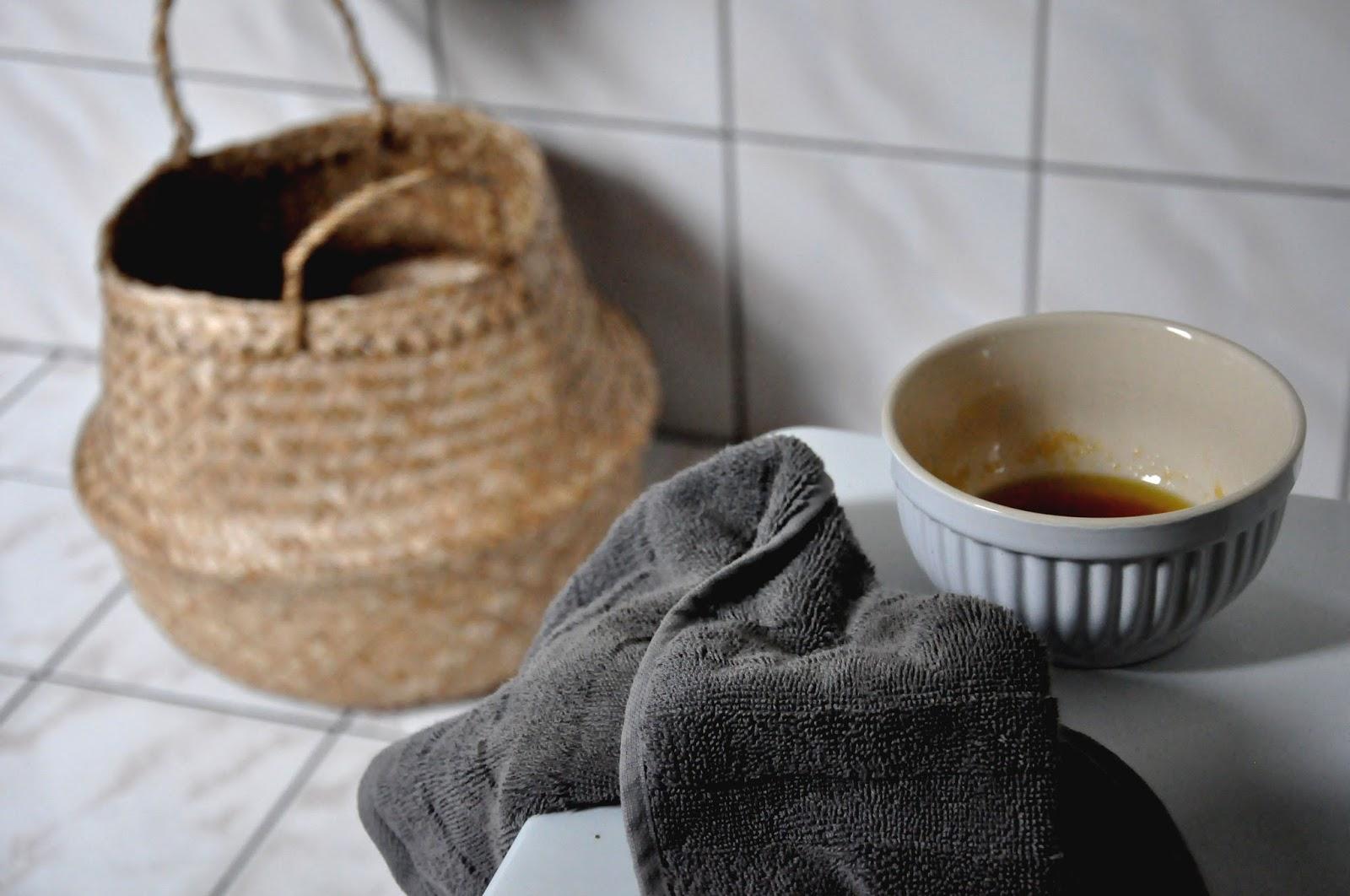 domowy peeling cukrowy, biała miseczka ib laursen, kosz bloomingville