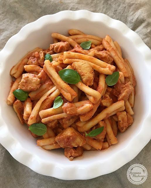 Makaron z kurczakiem w sosie pomidorowo-śmietanowym