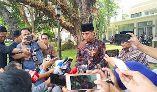 Ditanya Penangkapan Dandhy dan Ananda Badudu, Jokowi Balik Badan