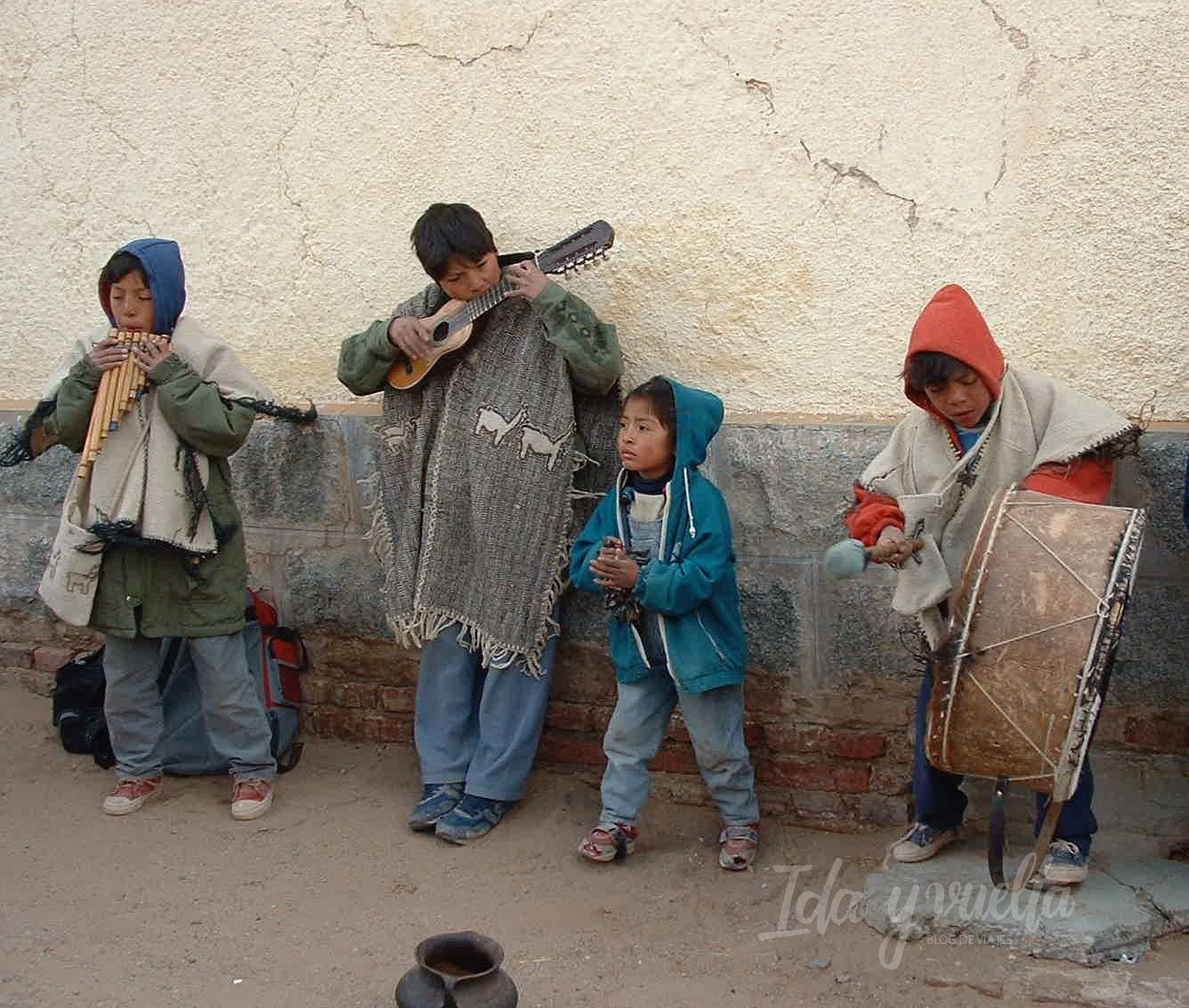 Jonatan y sus hermanos tocando