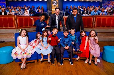 """Juliana, Danilo e Diguinho com as crianças do elenco do """"Leite Show""""  (Crédito: Gabriel Cardoso/SBT)"""