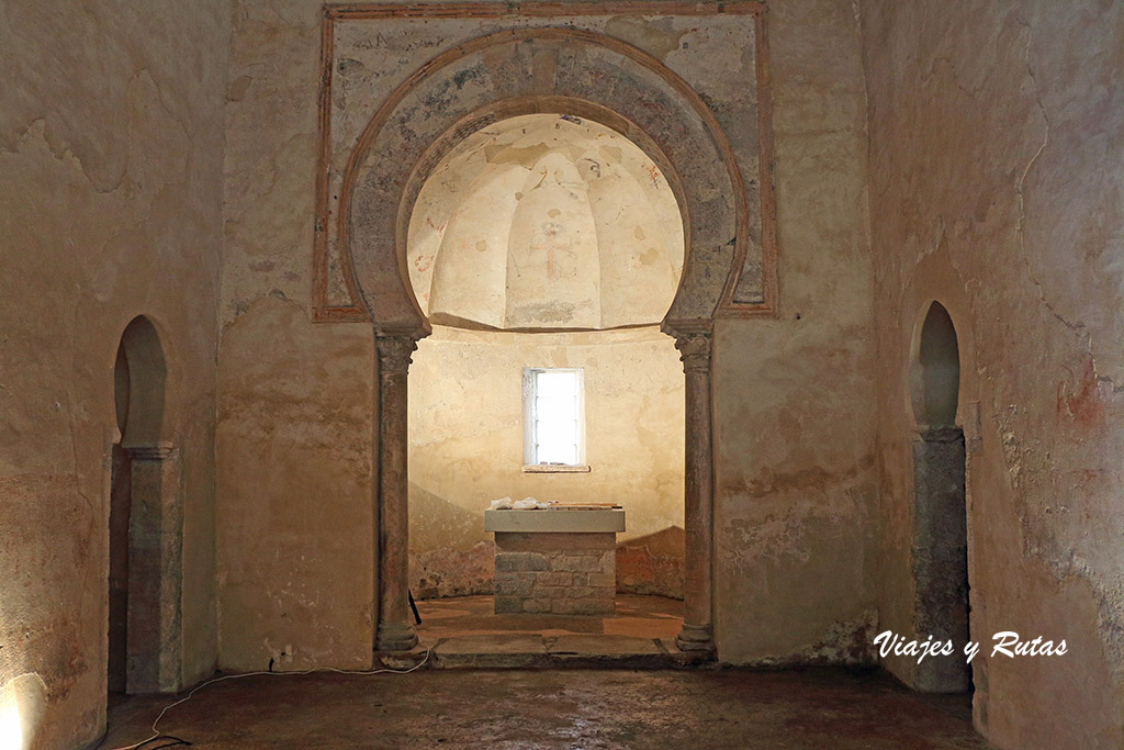 Interior de la iglesia de Peñalba de Santiago, León