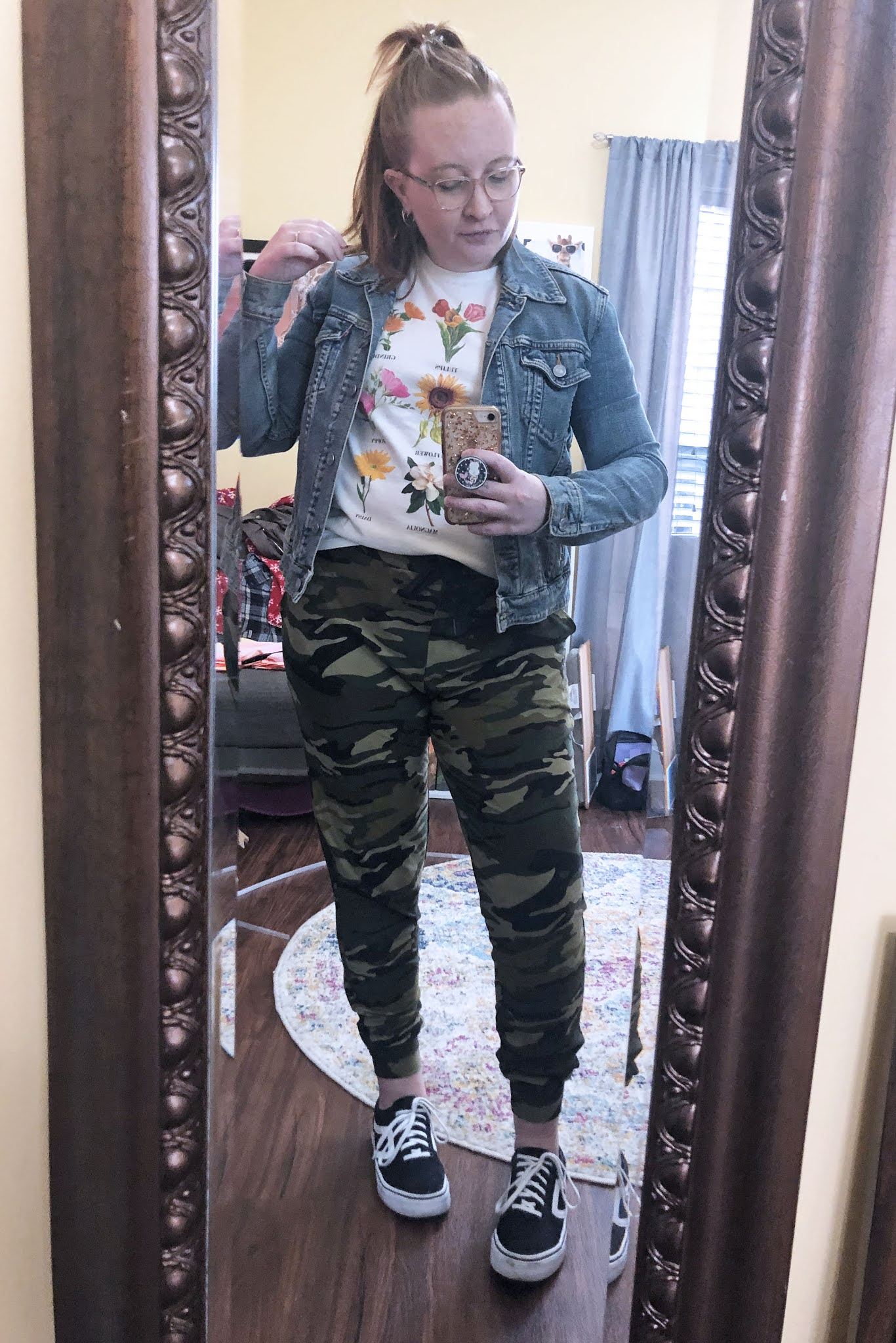 camo-joggers-flower-tee-denim-jacket-vintage-sneakers