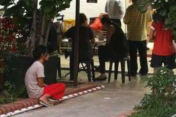 Ngenes, Majikannya Makan di Restoran, Pembantunya Hanya Melongo Duduk di Trotoar