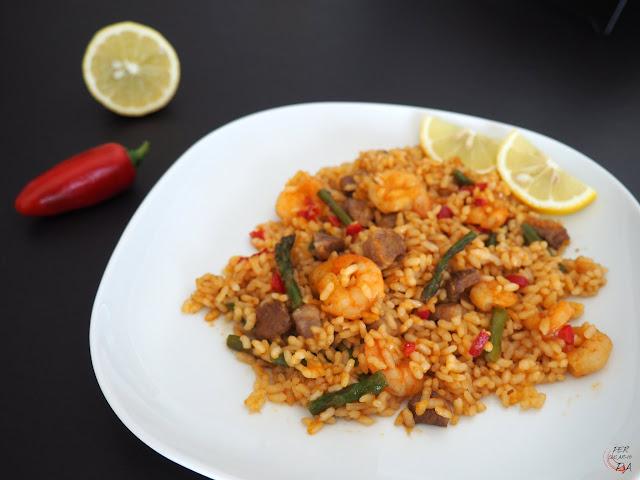 Arroz seco, tipo paella, de costilla de cerdo, gambas y espárragos, con caldo de pescado y gambas.