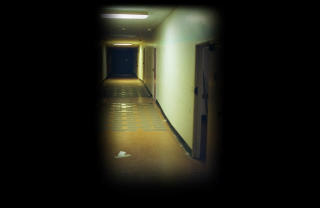 Imagem de um corredor escuro, ilustração de uma creepypasta.