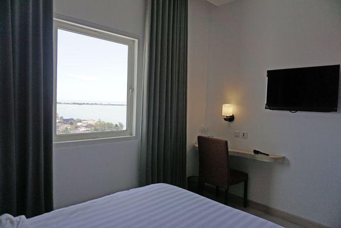 Jendela kamar Fave Hotel menghadap ke laut