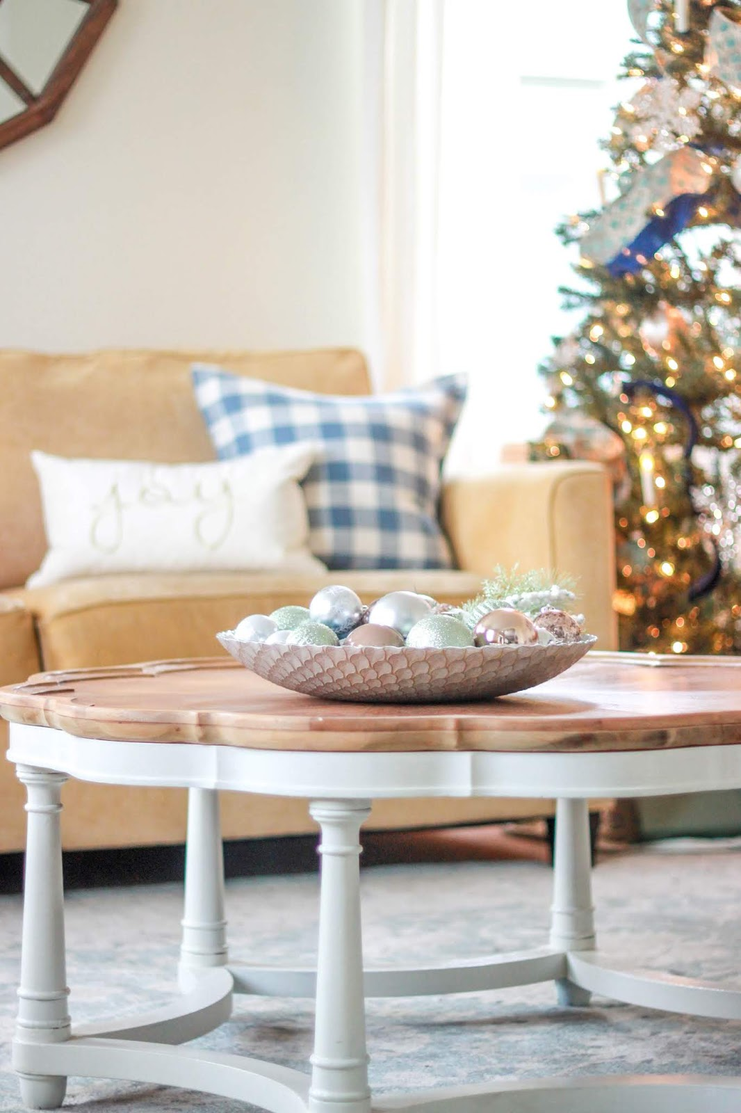 simple christmas coffee table decor ideas