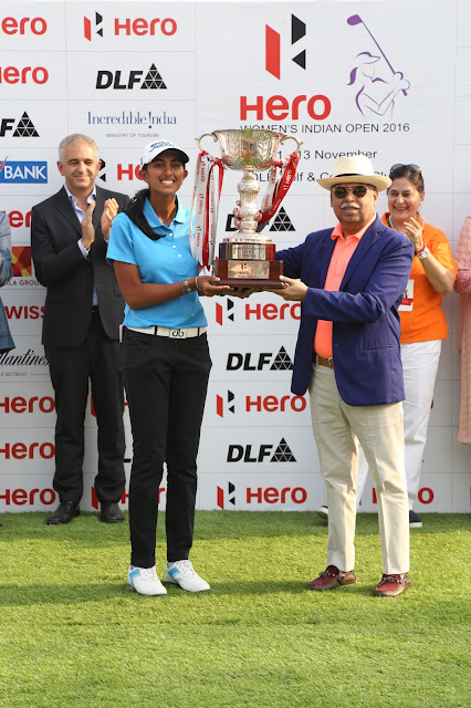 Aditi Ashok receiving the trophy from Mr. Pawan Munjal-CEO, MD & Chairperson of Hero MotoCorp