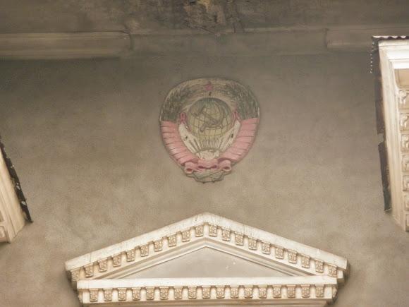 Костянтинівка. Вул. Торецька. Закритий кінотеатр. 1960 р. Барельєф на фасаді з радянською символікою