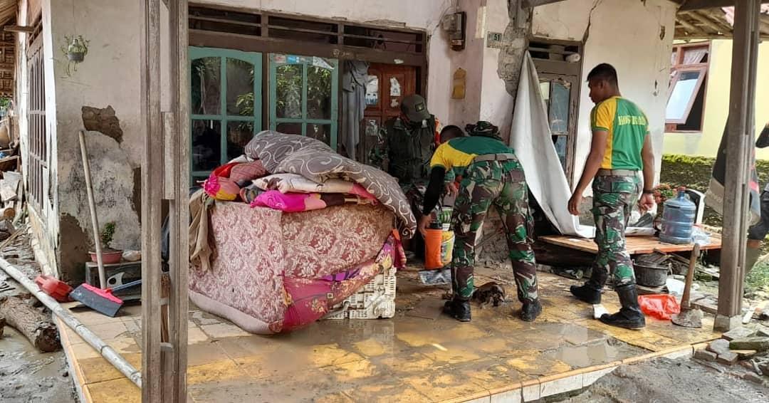 Puluhan Prajurit YR 321 Kostrad Bantu Warga Jatitujuh Pasca Banjir