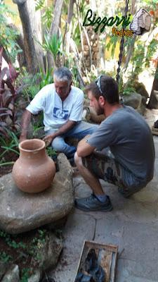 Bizzarri com seu genro Lorenzo Nogarè executando o paisagismo com as pedras ornamentais com o pote de barro e o piso de pedra no Restaurante Recanto das Pedras em Atibaia-SP.