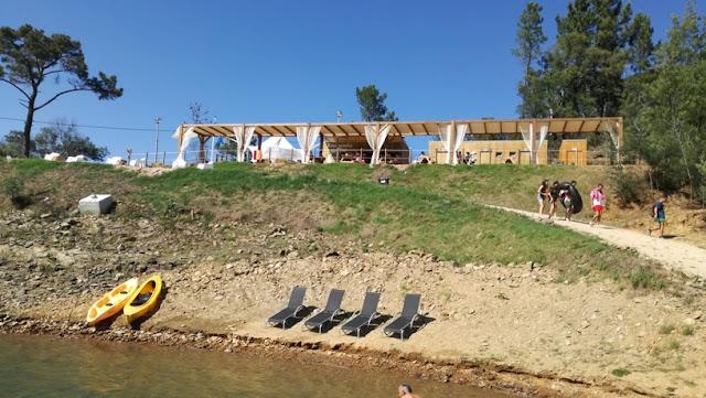 Zona Concessionada da Praia de Fontes com aluguer de cadeiras e barcos