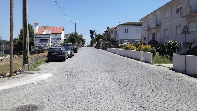 Estrada de acesso ao parque de estacionamento