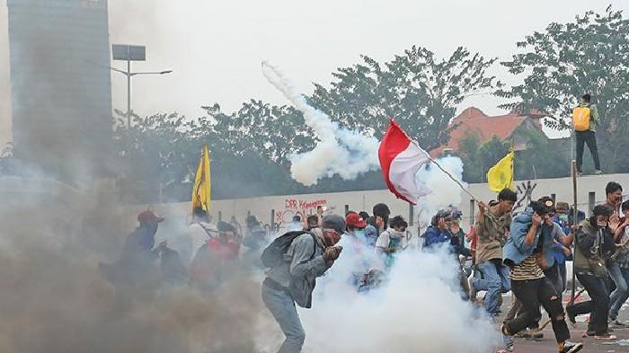 Jurnalis Diizinkan Naik ke Mobil Taktis Polisi saat Liput Demo Ricuh