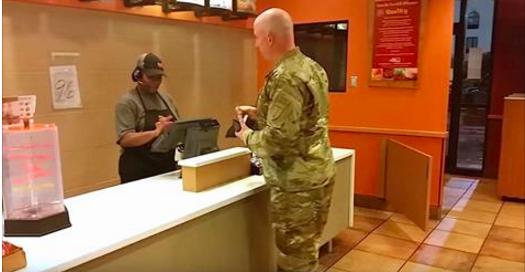1 caméra enregistre secrètement ce qu'il se passe entre ce soldat et les 2 enfants au fastfood! La vidéo fait le tour du monde!